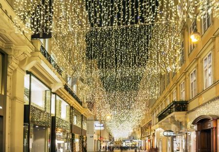 eine Straße im Zentrum von Wien am Abend vor Weihnachten