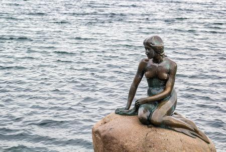 ni�as peque�as: La Sirenita es una estatua de bronce de Edvard Eriksen, que representa una sirena. La escultura se muestra en una roca al lado del agua en el paseo Langelinie en Copenhague, Dinamarca