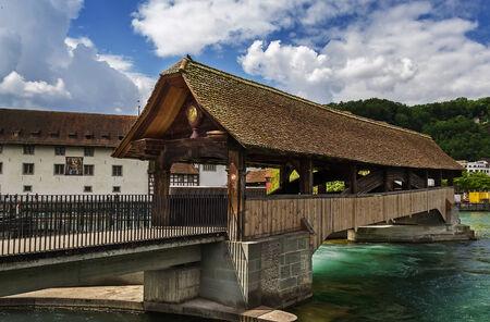 extant: El puente Spreuer es una de las dos pasarelas de madera cubiertas existentes en la ciudad de Lucerna, Suiza.