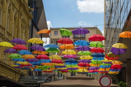 bemalte Schirme hängen in den Straßen der Altstadt von Belgrad