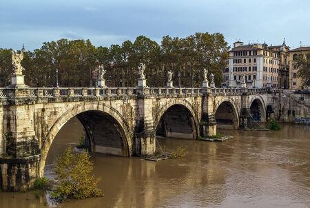 hadrian: Ponte Sant'Angelo, una vez que el puente de Eliano, que significa el Puente de Adriano, es un puente romano en Roma, Italia, terminado en 134 dC por el emperador romano Adriano