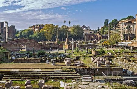 Le Forum romain est un forum rectangulaire (plaza) entouré par les ruines de plusieurs anciens bâtiments gouvernementaux importants au centre de la ville de Rome. Banque d'images