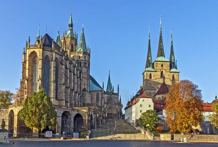 Erfurter Dom und Severikirche, Deutschland. Beide Kirchen Turm über der Stadt scape und sind über riesige offene Treppe genannt Domstufen zugänglich.