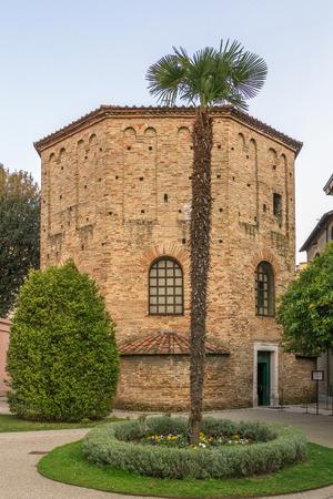 octogonal: El Baptisterio de Neon es un edificio religioso en R�vena, Italia. La estructura octogonal de ladrillo fue erigida por el obispo Ursus al final del cuarto o principios del siglo quinto
