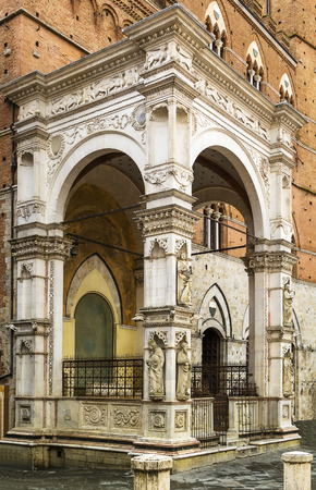 cappella: Cappella di Piazza es una capilla de mármol que se terminó en el estilo gótico en 1376, Siena, Italia Editorial