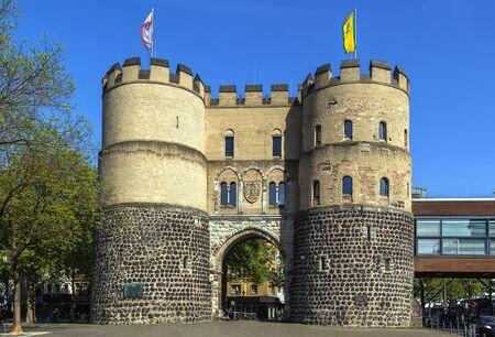 medieval: Hahnentorburg es una de las puertas medievales de la ciudad de Colonia, Alemania