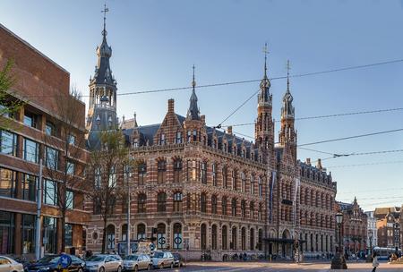 oficina antigua: La ex Oficina de Correos de Ámsterdam, en la actualidad un centro comercial conocido como Magna Plaza, es un edificio monumental ubicado en el centro de Ámsterdam Editorial