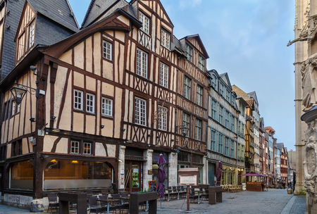 Calle en el centro histórico de Rouen, con casas de entramado de madera, Francia Foto de archivo - 64730261