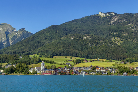 wolfgang: View of St. Wolfgang from Wolfgangsee lake, Austria Stock Photo