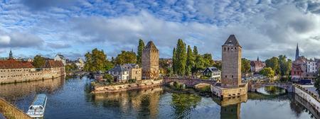 Panorama der mittelalterlichen Brücke Ponts Couverts von der Barrage Vauban in Straßburg, Frankreich Standard-Bild - 67214260