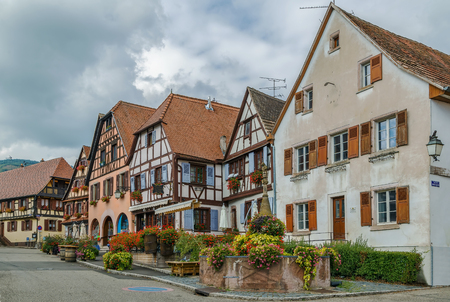 ville: Market Square with historical houses in Dambach la Ville, Alsace, France