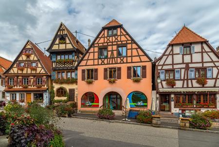 Piazza del mercato con case storiche a Dambach la Ville, Alsazia, Francia