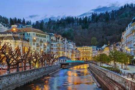 De dijk van Tepla-rivier in Karlovy varieert in schemer, Tsjechische republiek