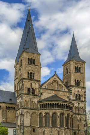 The Bonn Minster is a Roman Catholic church in Bonn. It is one of Germany oldest churches, having been built between the 11th and 13th centuries. Lizenzfreie Bilder