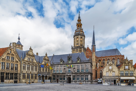 Main market square with belfry and church in Veurne, Belgium 免版税图像
