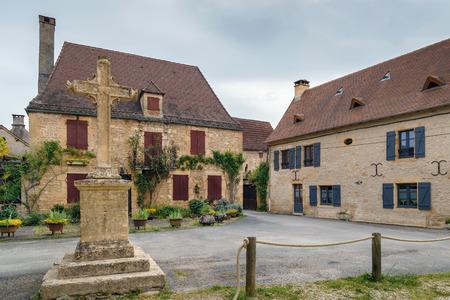 Calle con casas históricas en Saint-Leon-sur-Vezere, Dordogne, Francia Editorial