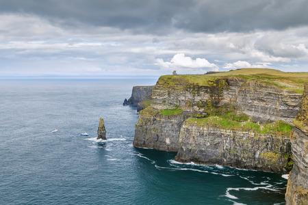 Le scogliere di Moher sono scogliere sul mare situate al confine sud-occidentale della regione del Burren nella contea di Clare, in Irlanda