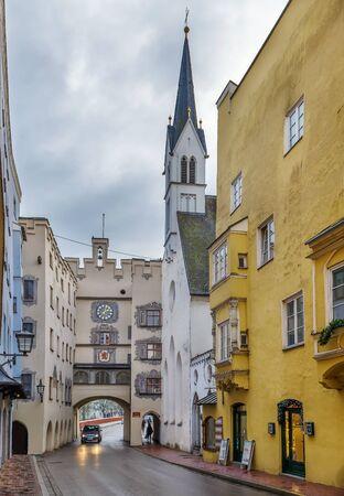 Street with Spitalkirche and Brucktor in Wasserburg am Inn, Germany Stockfoto - 130097831
