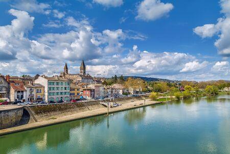 Vista di Tournus con l'abbazia dal fiume Saone, France