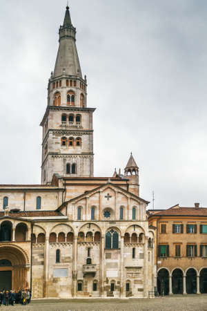 Ghirlandina and Modena Cathedral is a Roman Catholic Romanesque church in Modena, Italy 免版税图像