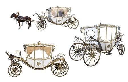 weiße Kutsche gezogen von einem Kastanienpferd isoliert auf weißem Hintergrund, eine leere Kutsche isoliert auf weißem Hintergrund, Set, Raum Standard-Bild