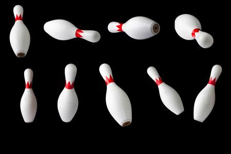 Quilles de bowling isolées sur fond noir, ensemble de neuf quilles bowling Banque d'images