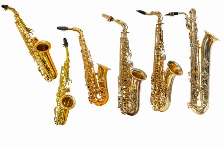 saxophone isolé sur fond blanc, groupe de saxophones