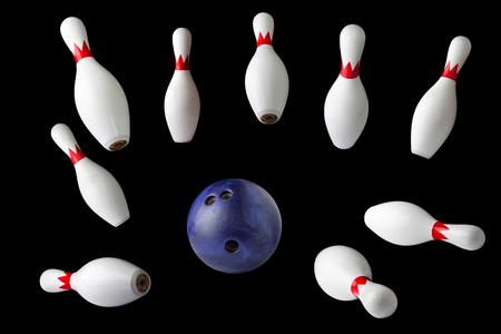 Bowling-Pins und Ball auf schwarzem Hintergrund isoliert