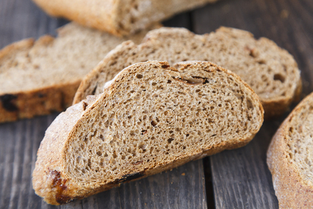 geschnittenes Brot auf einem Holztisch