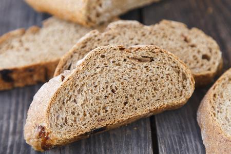 rebanadas de pan en una mesa de madera