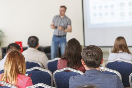 Relatore in una conferenza e presentazione aziendale. Il pubblico in sala conferenze. Impresa e imprenditorialità.