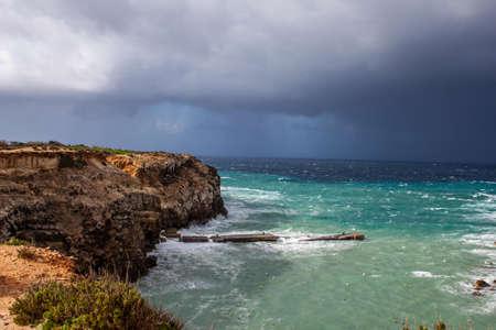 Ein Unwetter nimmt über dem Mittelmeer Kurs auf die Insel Malta.