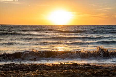 Sehenswerte Sonneuntergänge hat die Insel Malta zu bieten. Standard-Bild - 107337568