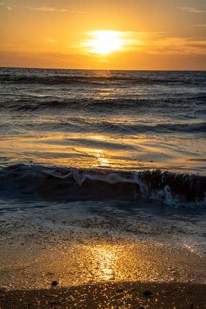 Sehenswerte Sonneuntergänge hat die Insel Malta zu bieten. Standard-Bild - 107337571