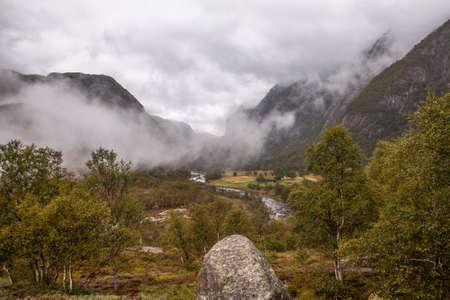 Selbst an einem verregneten Tag ist die Wanderung zum Manafossen Wasserfall in Norwegen ein Genuss. Standard-Bild - 108180604