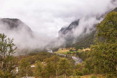 Selbst an einem verregneten Tag ist die Wanderung zum Manafossen Wasserfall in Norwegen ein Genuss. Standard-Bild - 108180605