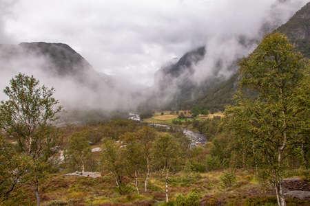Selbst an einem verregneten Tag ist die Wanderung zum Manafossen Wasserfall in Norwegen ein Genuss. Standard-Bild - 108180606