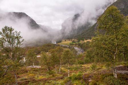 Selbst an einem verregneten Tag ist die Wanderung zum Manafossen Wasserfall in Norwegen ein Genuss. Standard-Bild - 108180014