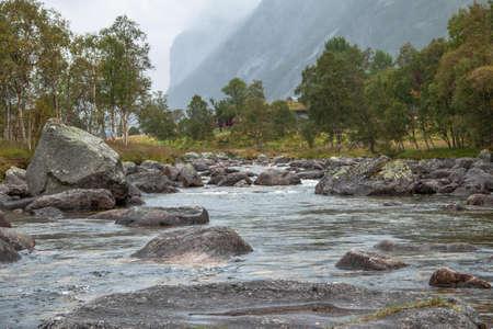 Selbst an einem verregneten Tag ist die Wanderung zum Manafossen Wasserfall in Norwegen ein Genuss. Standard-Bild - 108181156