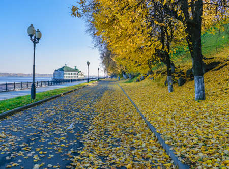 Autumn embankment on the banks of the Volga river in Yaroslavl 免版税图像