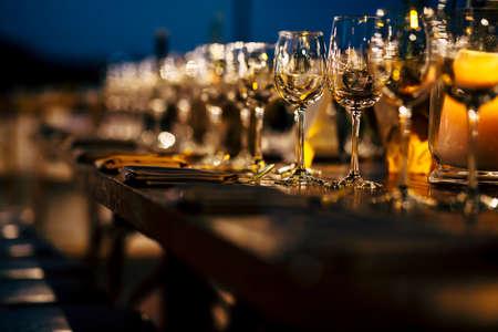 食事やガラス製品、美しい背景をぼかしの高級テーブル設定。クリスマスの休日、Hannukah ディナー夜の準備。