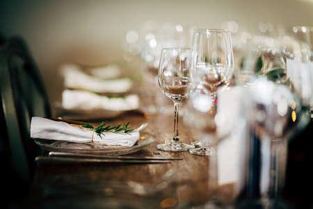 パーティー、クリスマス、休日や結婚式のための豪華なテーブルの設定。
