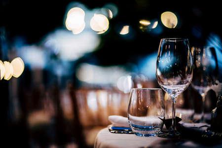 Luksusowe nakrycie stołu na przyjęcia, święta, święta i wesela. Zdjęcie Seryjne