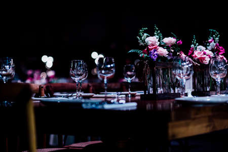 Luxury table settings for fine dining with and glassware, beautiful blurred  background. For events, weddings. Stockfoto