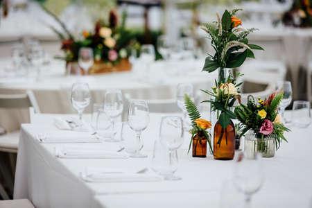 高級ダイニングとガラス製品、美しいぼやけた背景のための豪華なテーブルの設定。イベント、結婚式のために。 写真素材 - 96654847