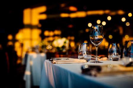 Luxuriöse Tischdekorationen für feines Essen mit und Glaswaren, schöner unscharfer Hintergrund.