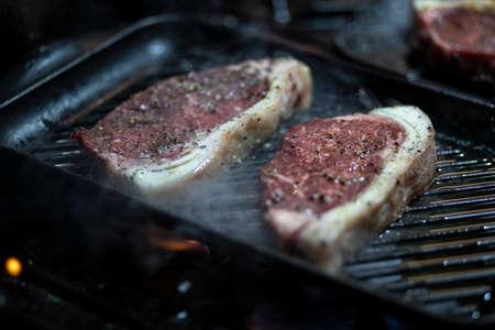 Preparetion of red meat on the grill Zdjęcie Seryjne