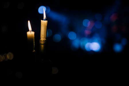 Romantische Kerze im schönen dunklen Abendlicht für Events. Luxusveranstaltungen oder Hochzeiten. Gestaltungselement. Kerzen, Romantik, Liebe, Hoffnung, Entspannung, Standard-Bild