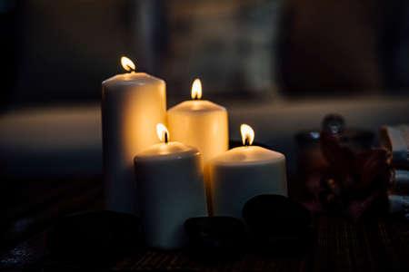 Candela romantica in bella luce serale scura per eventi. Eventi o matrimoni di lusso. Elemento di design. Candele, romanticismo, amore, speranza, relax,