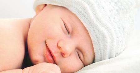 europeans: sorridente europeo neonato in cappello bianco Archivio Fotografico